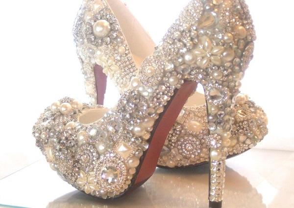 Женская обувь декорированная стразами