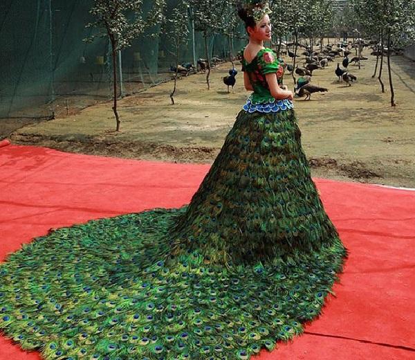 Платье малахитового цвета с низом из павлиньих перьев