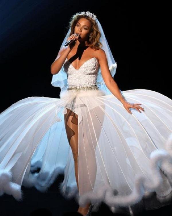 Романтичное звёздное свадебное платье с красивым верхом и необычным низом будет смотреться красиво не только на сцене