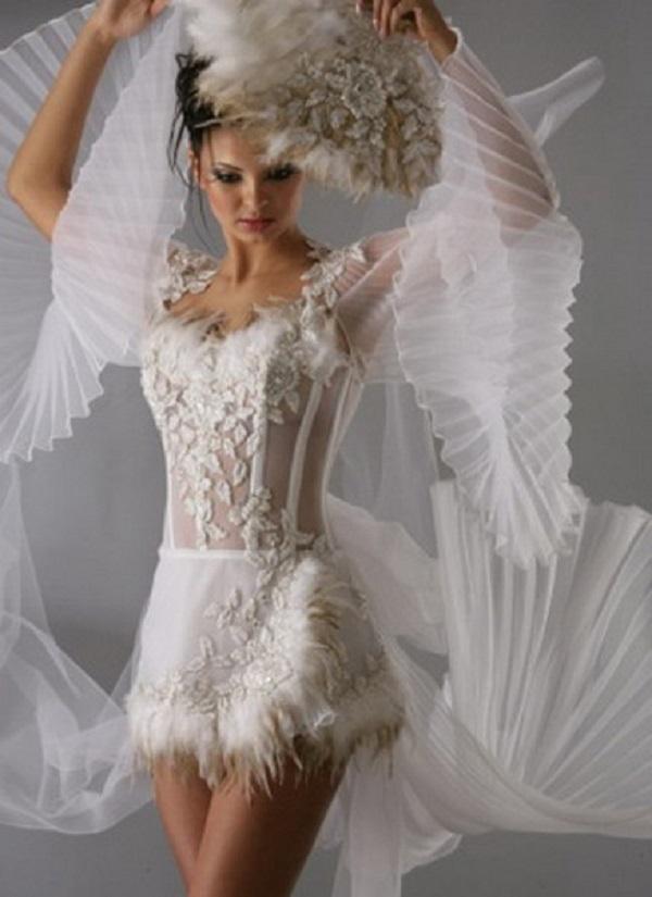 Короткое полупрозрачное платье с прозрачными романтичными плиссированными рукавами и красивым ажурным верхом с нежной вышивкой
