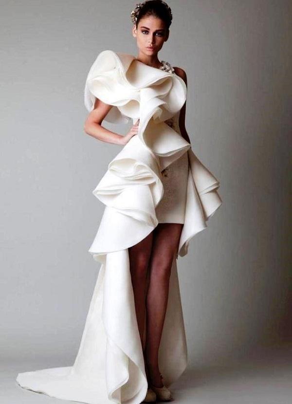 Короткое белое свадебное платье с крупной оборкой и большими ниспадающими волнами и длинным шлейфом