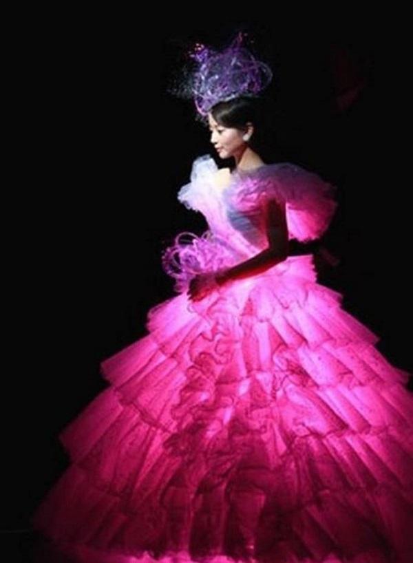 Необычное свадебное платье яркого малинового цвета с подсветкой окажется весьма необычным вариантом, хотя доступно оно будет далеко не для всех