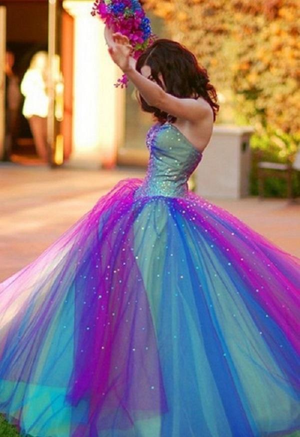 Разноцветное свадебное платье с пышным низом и корсетным верхом смотрится невероятно ярко и необычно, благодаря своей яркости и романтичности цветов подборки