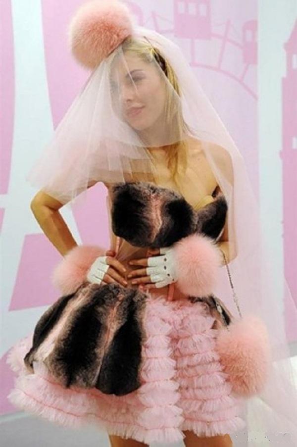 Короткое персиковое платье, декорированное мехами, тоже претендует на наряд невесты