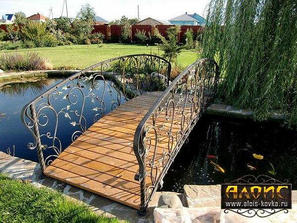 Кованые мостики в дизайне участка.