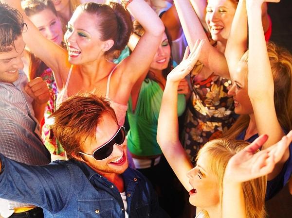 4zu3_Junge Leute, Tanzen, Party, Fotolia