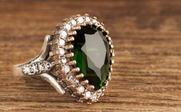 Серебряные кольца с камнями - универсальный аксессуар