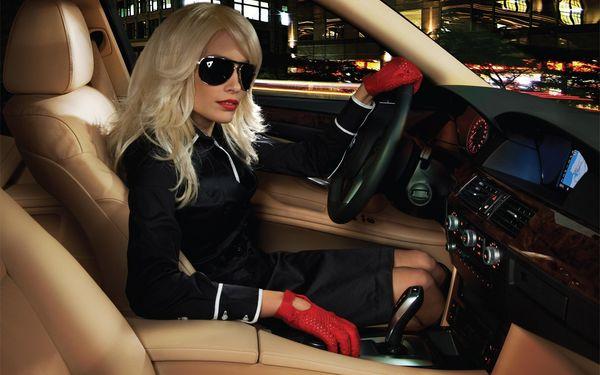 Женщина в машине за рулем