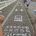 Китай: спецдорожка для «мобильных маньяков»